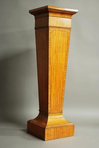 Decorative satinwood pedestal of tapered form
