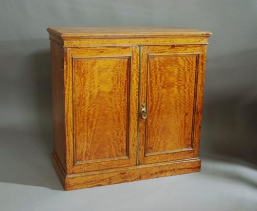 Superb quality late 19thc satinwood cabinet