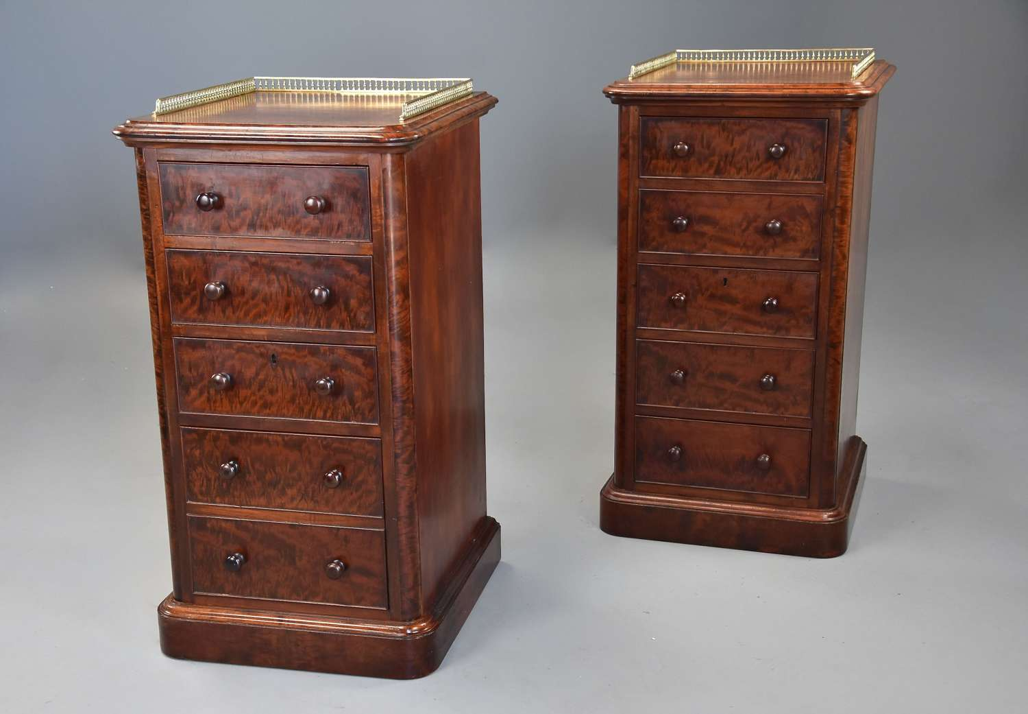 Superb pair of 19thc mahogany bedside chests in the style of Gillows